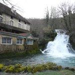 Fontaine d'Amandre jouxtant l'hotel