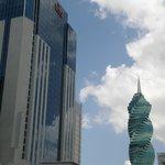 Vista desde una calle de atras al hotel