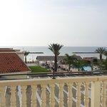 Blick auf Pool und Meer