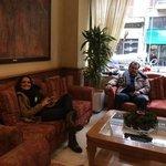 esperando un taxi en el hotel Atrium en Atenas
