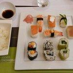 Menu mixte (6 sushi - 6 makis - bol de riz - sauce sucrée)