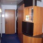 TV und Minibar und Schrank