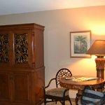 Mesa, sillas y mueble con TV
