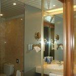 El antebaño,muy cómodo,con placard y grandes espejos,secador de cabello y ammenities