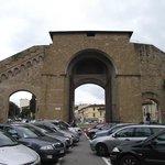 Porta Romana, construída em 1326.