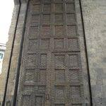 Portão original de madeira da Porta Romana (1326)