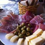 Antipasto mixto entrada on quesos, aceitunas, prosciutto y salami