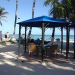Mesas del restaurant y bar frente al mar
