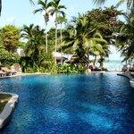 Vue sur la piscine et la plage