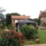 jardin joliment aménagé et très bien entretenu