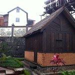 Bungalow familial avec facade bois entièrement sculpté