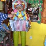 Na entrada do restaurante um boneco do rei do baião, Luiz Gonzaga, dá boas-vindas aos clientes.