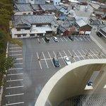 広々としたホテル前の駐車場