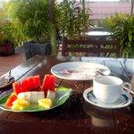 petit dejeuner , fruits frais au matin  gratuit dans le prix de la chambre