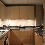 Coz com forno, cooktop, microondas, geladeira, freezer, máq de lavar louças e roupas, elegante.
