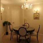 sala de jantar com buffet, taças e louças impecáveis