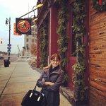 Esposa posando na frente do bar