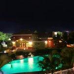 Nuestro Centro de Convenciones y piscina de noche