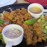 Piatto composto, conchiglie ed insalata