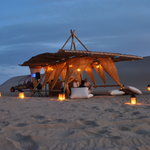 Disfrutando de la puesta de Sol en la dunas de Paracas