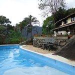 Área da piscina com vista pro restaurante.