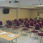 Vista de frente de la sala - El personal lo acomoda de acuerdo a las necesidades del conferencis