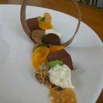 Dessert chocolats, mangue, café et sauce cacahuète