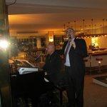 Beim Singen in der Hotelbar