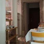 la salle des petits déjeuners, intimiste, propre, avec Fabio le propriétaire qui vous sert