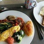 朝食。ホテルの価格帯を考えると充実といえますがサービスにはムラが。空いた皿を歩きながら通りすがりに無言で下げていくスタッフとかが たま~にいましたね(´д`)