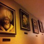 Bonitos cuadros e iluminación en pasillos
