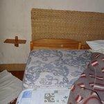 dos colchones unidos transversal a la cama