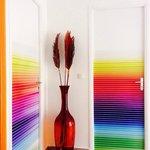 le coloratissime porte delle stanze