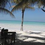 Unos pasos separan el hotel del mar...espectacular playa