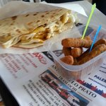 pig & chicken (pollo, wurstel, maionese, lattuga, patatine fritte) e bastoncini di pollo