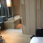 pintu geser kamar mandi dan bathtub