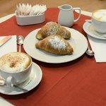 prima colazione con croissants freschi