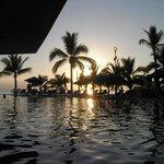 Vue sur le coucher du soleil du balcon de la chambre