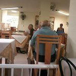 Mesas cerca una de otra