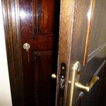 doble puerta para ingresar a la habitación