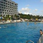 Visão da piscina e das áreas recreativas.