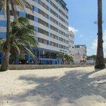 EL hotel mirandolo desde la playa. EL mismo se encuentra en frente