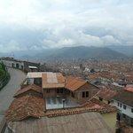 Uma vista de Cuzco pela janela do quarto do hotel