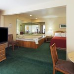 CountryInn&Suites Sparta WhirlpoolSuite