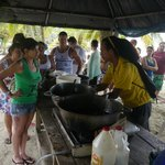 """Sonntägliche """"Suppenküche"""" am Puerto Viejo - langes Anstehen lohnt sich"""
