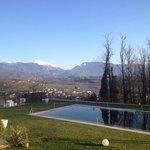 Giardino , piscina e montagne