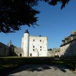 Le château à l'intérieur des remparts, ensoleillé