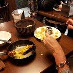 Brocheta de pollo al curry (en sartén) y bacalao carbonizado. Deliciosas raciones