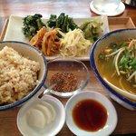 ランチセット。島野菜のナムル。玄米バージョンです。トムヤムクン風スープも美味しい。