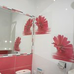 Une salle de bain jolie et fonctionnelle